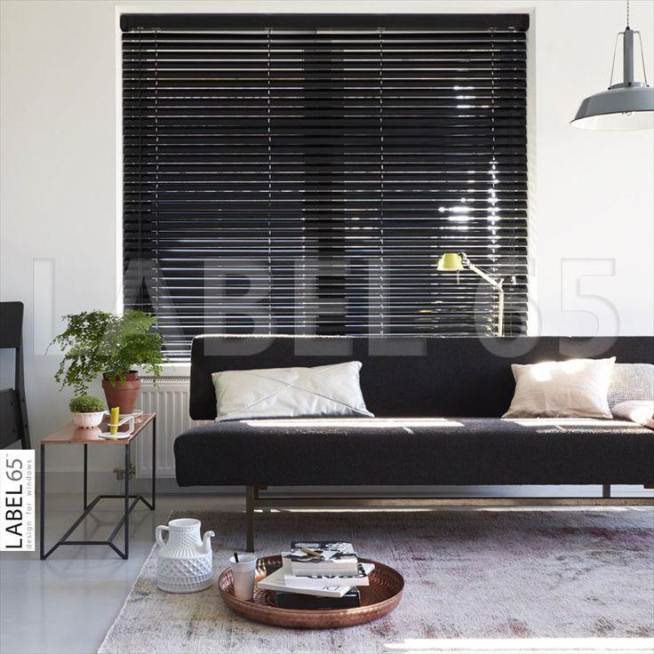Horizontale aluminium jaloezieen in een zwarte kleur geven uw huis een strakke en moderne - Moderne kleur huis ...