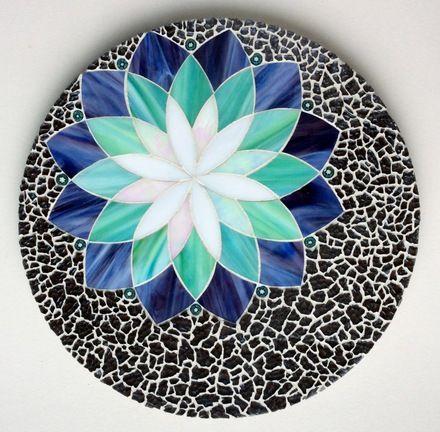 Ce grand dessous de plat ornera élégamment votre table. Pratique et décoratif. A offrir ou à s'offrir !  Les pétales sont entièrement découpées à la main grâce à un co - 17485824