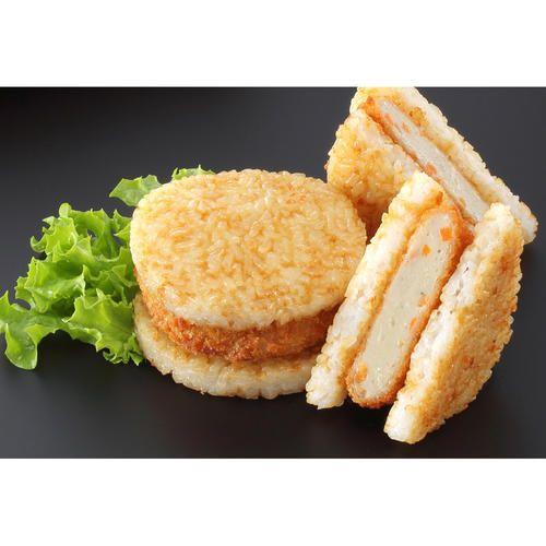 じゃこ天のすり身に野菜を加え、パン粉をつけてコロッケ状にした「じゃこカツ」を、焼きおにぎりで挟んでいます。レンジで温めてお召し上がりください。