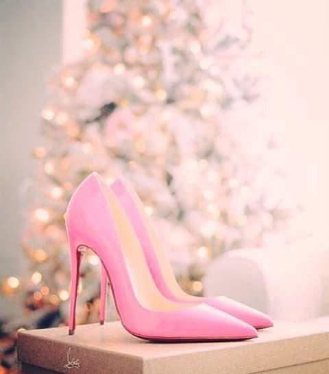 """""""Egy tökeletes cipellő minden lányt elvarázsol a fa alatt.."""" #xmas#xmastree#shoes#shoe#loveshoes#pink#girlslove#forxmas#louboutin#present#gift#xmaspresent#style#womenswear#fashion#fashionable#womensfashion#diva#ajándék#cipo#divat#tűsarok#tusatokoroszbarbaraval#halagk"""