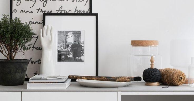 Här har vi byggt en TV-bänk av METOD överskåp till kyl/frys. En förvaringslösning med dold förvaring som blir en stilren möbel i vardagsrummet. Vi har toppat skåpen med betonggrå klinkerplattor för en slimmad, modern look.