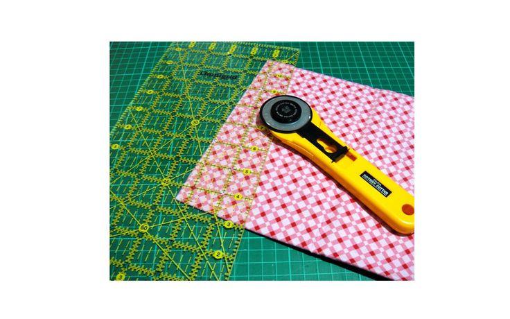 Sebenernya fungsi Rotary cutter sama saja dengan gunting, yaitu untuk memotong kain. Menggunakan Rotary cutter bisa membuat hasil potongan kain jadi lebih rapi, akurat ukuran, dan menurutku bisa menghemat waktu juga... Dengan alat ini, kamu bisa memotong garis lurus, bujur sangkar , persegi panjang , dan project potongan lainnya. Tapi agak sulit