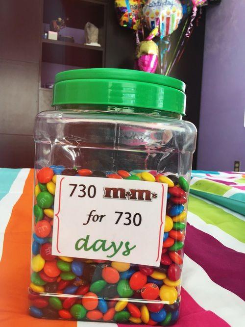 Cuenta cuántos días es que llevan juntos y añade en un botesito la misma cantidad de dulces.