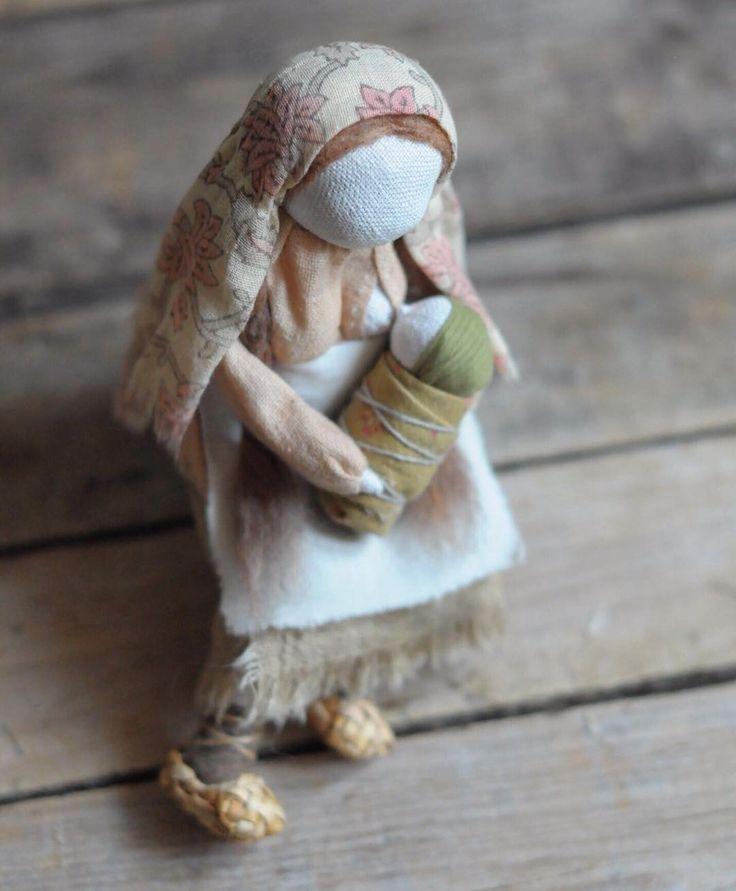 я все-таки злоупотреблять не буду, еще одну эту, а остальные, как обычно, в вк и fk. и пара слов: началось-то все с Иосифа когда-то давно , который в процессе оказался вовсе не Иосифом, а кое-кем другим, но о нем чуть позже, и все рассыпалось, а она осталась просто мамой. это не оберег, это авторская, коллекционная кукла. дом найден. #artdoll #doll #textiledoll #mywork #моикуклы #моиработы #текстильнаякукла #кукла #вмастерской #yanaprya_вмастерской #куклы_yanaprya #маленькаякукла #оченьм...