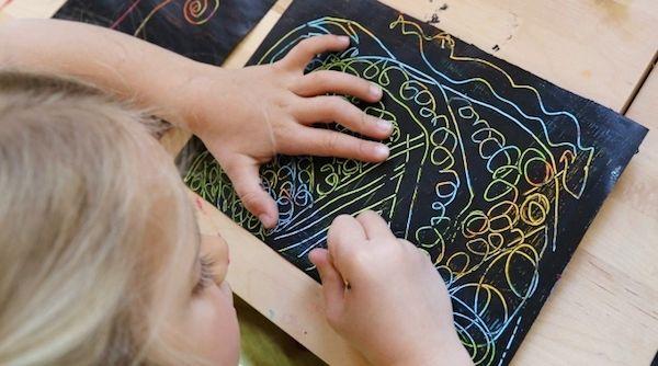 ETAPA DEL GARABATEO CONTROLADO  (2-4 AÑOS) El niño va desarrollar su parte natural ya que tiene la intención de establecer  relaciones entre lo trazado y el ambiente el dominio el control de sus trazos.