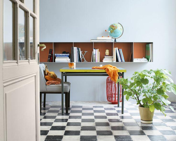 Réchauffez l'atmosphère avec de riches teintes caramel. Ce bureau, avec ses touches de noir et gris ardoise est accueillant et relax, grâce à son mur caramel chaud.