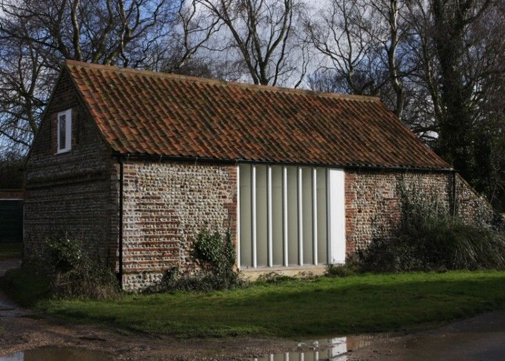 WhenLynch Architectsof London set out to converta pair of 17th-century barns in the North Norfolk village of Thursfordinto an idyllic, clean-lined-meet
