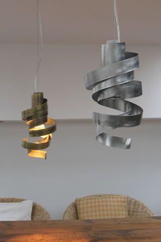 Moderne Leuchten und Designerlampen: Formschöne Hängelampen in Messing und Edelstahl für den Wohnbereich. Gute Lichtverteilung über einem Tisch, in der Küche oder zur Beleuchtung eines Schlafzimmers.