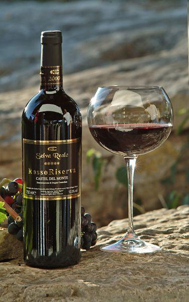 vino Rosso Riserva Vino rosso rubino granato ottenuto da uve Nero di Troia e Bombino Nero.