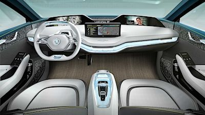 LUXUSNÍ INTERIÉR ŠKODY VISION E - díky elektrickému pohonu zde není středový tunel, takže podlaha je zcela plochá a umístěná nízko. To je vynikající z hlediska prostornosti i umístění sedaček. Trendem současných automobilů jsou dotykové displeje, které ovládají většinu funkcí a velký displej najdete i zde, navíc každý ze čtyř cestujících má svůj vlastní.