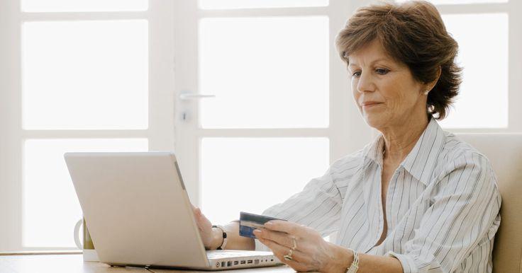 Como pagar pelo PayPal com dois cartões de crédito. O PayPal é um serviço útil para transferência de dinheiro entre duas partes. É o método de pagamento padrão para as transações do eBay e é apoiado por milhares de varejistas on-line. Ao comprar produtos on-line por meio do PayPal, pagar com dois ou mais cartões de crédito pode ser difícil, mas não impossível.