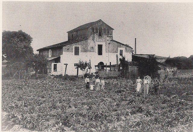 Masia de Can Canals, Barcelona 1915. Aquesta masia es trobava situada al carrer Guipúscoa cantonada Cantàbria i formava part del conjunt rural de la Verneda. (LA BARCELONA D'ABANS, D'AVUI I DE SEMPRE ...)