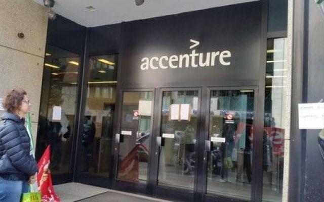 """Accenture, licenzia da un giorno all'altro. Noi trattati come rifiuti umani Sì chiama Stefano Sala ha 54 anni, da otto lavora in Accenture. È stato licenziato per motivi economici anche se l'azienda fa profitti. """"Non siamo rifiuti solidi umani. Siamo persone. E alcuni di no #accenture #milano #licenziamenti"""