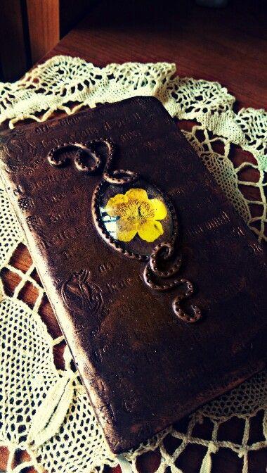 Carpe diem!  Copertina agenda in polymer clay con texture scritta carpe diem. Cameo con ranuncolo selvatico giallo stabilizzato sotto vetro.