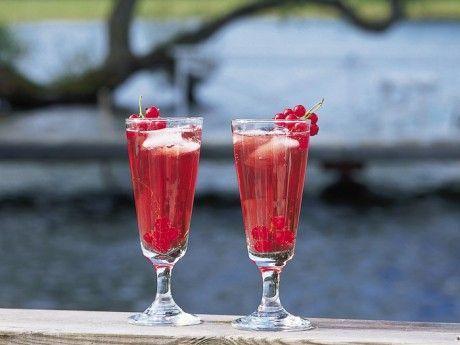 En riktig sommardrink med frisk svartvinbärssmak. Ett alkoholfritt alternativ görs av svartvinbärsjuice blandat med Ramlösa.