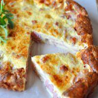 Préchauffez le four à 210°C (th 7).   Cassez les oeufs dans un saladier, fouettez-les avec le lait, puis ajoutez la farine. Mélangez bien pour obtenir une pâte lisse et homogène. Salez, poivrez