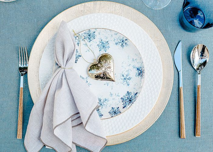 Intimate and Cozy Winter Wedding in Portugal https://heyweddinglady.com/intimate-cozy-winter-wedding-portugal/ #wedding #weddings #weddinginspiration #bluewedding #winterwedding #portugal #placesetting