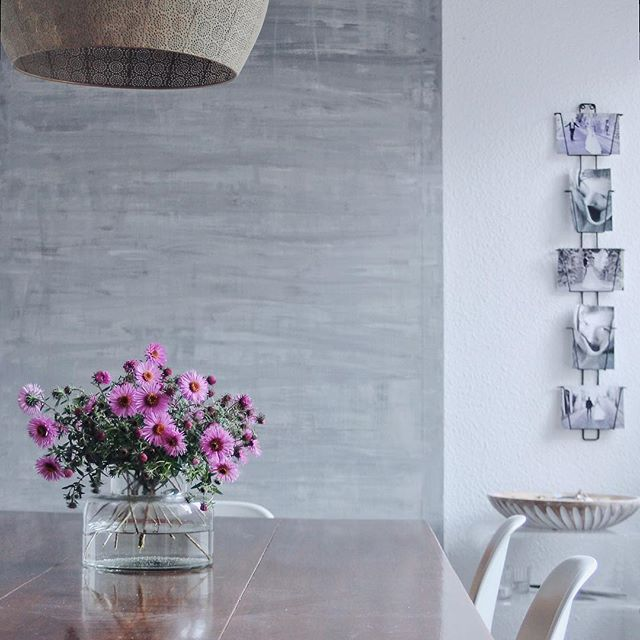 HAPPY NEW WEEK  {with some flowers from our garden} ... einen schönen Wochenstart ☕️ ... . (Kartenhalter und Vase von Madam Stoltz aus dem @lieblingsidee Onlineshop) #lieblingsideeonlineshop #dekoshop #dekoshopping #dekoration #deko #dekorasyon #dekorasi #dekoratif #living #home #styling #instahome #homedetails #cozytime #livingroomdecor #myhome #ilovemyhome #wohnglück #detailverliebt #hyggelig #wohnen #interiordecorating #homedecorating #homeandliving #kleinerfeedfeed #whiteandwood…