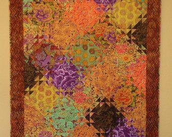 Red River Valley Quilt: Un altro Kaffe collettivo ispirato trapunta. Questa trapunta fatta da sia nuovo e dai tessuti di produzione, progettati da Kaffe Fassett, Phillip Jacobs e Brandon Mabley, in arance, rosso scuro, rosa, viola, fuscia, toni verde acqua e verde. Il sostegno e lassociazione su questo quilt sono costituiti di Cabbage Rose tessuto e di Kaffe. Questo è il regalo perfetto per chiunque, o per qualcuno che vuole solo concedersi una dichiarazione drammatica nella loro casa…