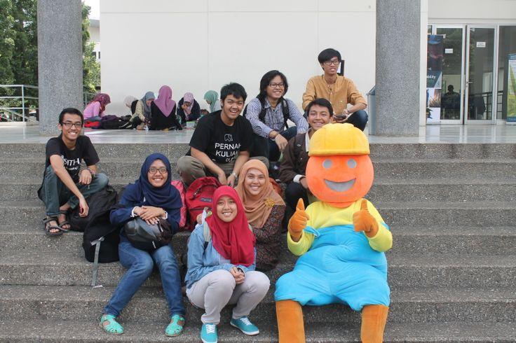 Ini gegep bersama teman-teman di tangga CC timur :)