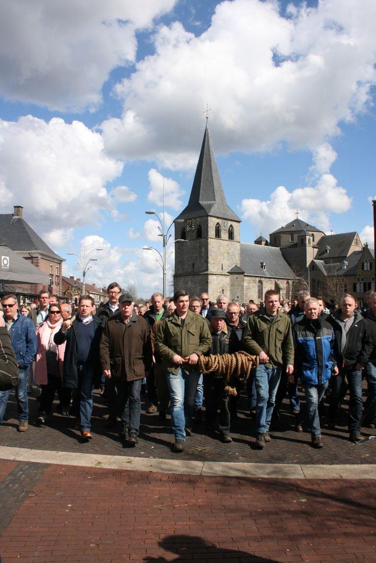 Paasstaakslepen is een eeuwenoude traditie in Denekamp. Op 1e Paasdag gaan honderden mensen de paasstaak ophalen bij het Singraven
