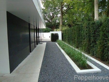 Villatuin: halfverharding split, paden beton, betonelementen rondom border