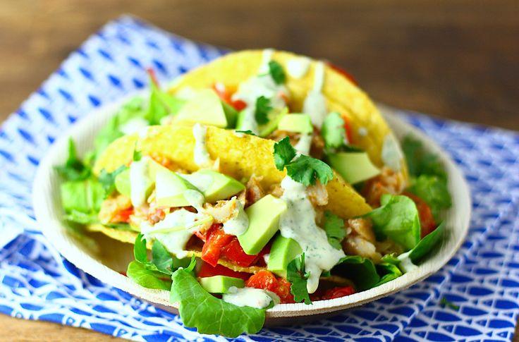 Een geweldig recept voor vis taco's: met gemarineerde witvis, avocado, tomaatjes en een romige koriander-limoen saus met een bite.