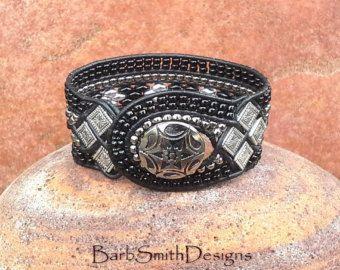 Bracelet manchette en cuir perlé bleu la par BarbSmithDesigns