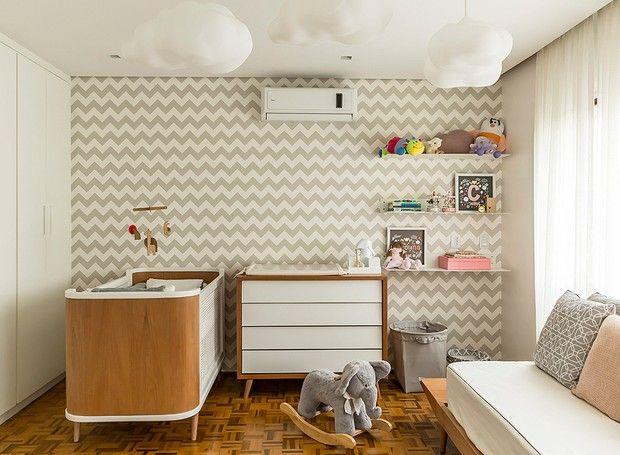 Pelúcias, quadrinhos e outras peças delicadas ganharam lugar de destaque nas prateleiras deste quarto de bebê projetado pelo escritório FGMF Arquitetos. (Foto: Edu Castello/Editora Globo)
