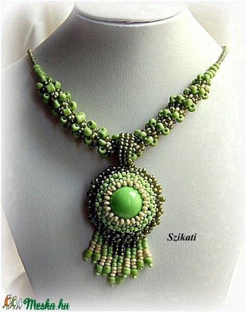 Zöld gyöngyfűzött nyaklánc medállal (szikati) - Meska.hu