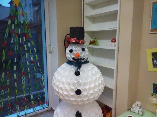 Sněhulák z kelímků.