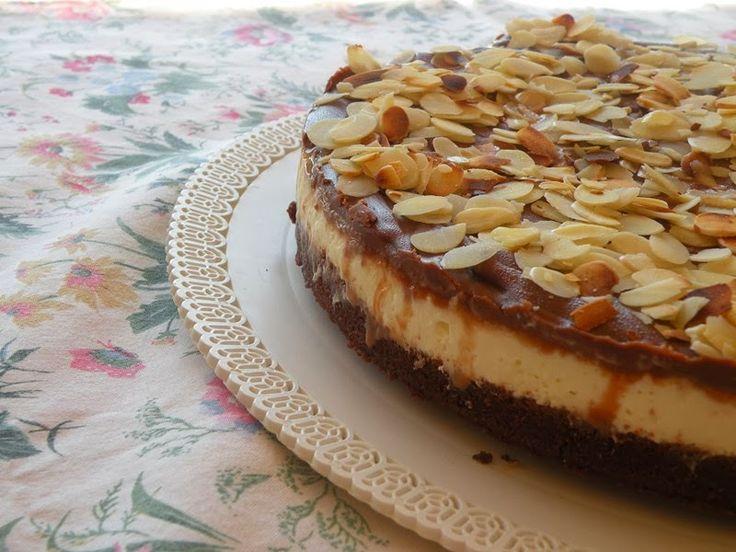 Cheesecake mascarpone e yogurt greco con copertura di cioccolato e mandorle