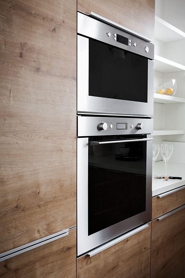 Połączenie kremowej bieli z naturalnym, dostojnym dębem daje efekt przyjaznej, przestrzennej kuchni. Fronty płyta Egger. Szafki Blum, Hettich, siłowniki aventos. Na wysokiej zabudowie umieszczono AGD. Zlew i bateria Franke. Okap podszafkowy Falmec. Uchwyty listwowe Zobal. Projekt i realizacja MEBLE MERDA Twoje wnętrze, Twój charakter  Zapraszamy do naszych salonów: Poznań, ul. Górna Wilda 66 Skwierzyna, ul. Ogrodowa 1 (wejście od Traugutta)