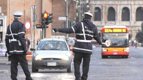 Anche i vigili di Roma nell'Italia dei furbetti: 700 su 5.800 inabili al servizio in strada #lavoratori #salari #tasse #roma #stipendo #INPS