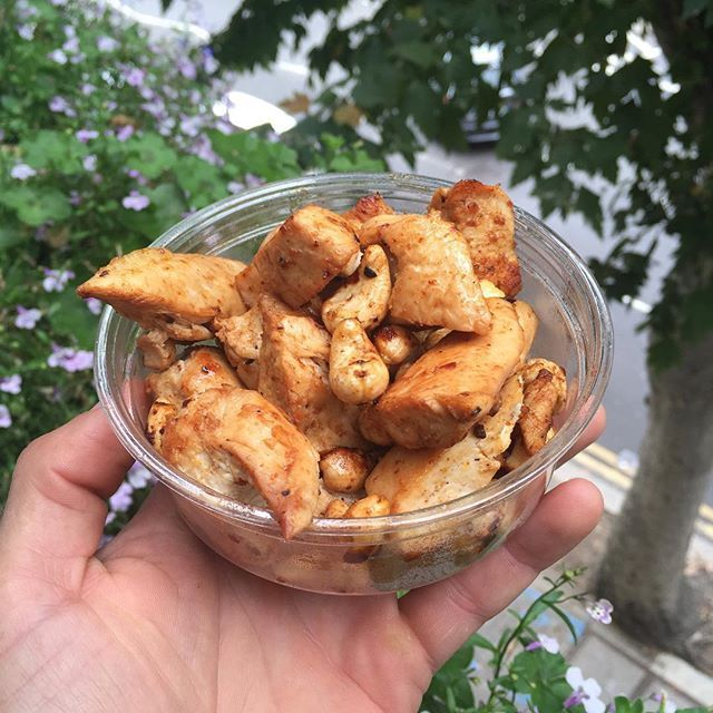 My Little lean snack pot on the go. 300g chicken breast 35g of cashew nuts cooked in 15g of @lucybeecoconut oil with Cajun spices #FatsMeUp #Leanin15 by thebodycoach