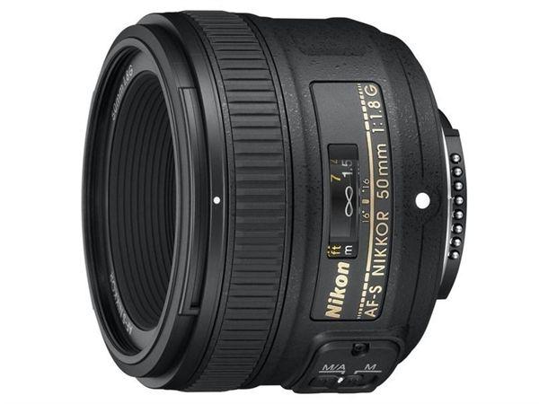 Nikon 50mm f/1.8G AF-S har med sinkompakte utforming og en ytelse som vanligvis er forbeholdt mye dyrereobjektiver er dette en flott inngangsbillett til fastoptikk. På et fullformatkamera er 50mm veldig fleksibelt og kan brukes i de fleste situasjoner. Til DX-formatet egner det seg spesielt godt til portrett-, bryllup-, konsertbilder og andre situasjoner der man ønsker liten dybdeskarphet eller god lysstyrke.Profesjonell ytelse i et kompakt og rimelig objektivAvrundet...