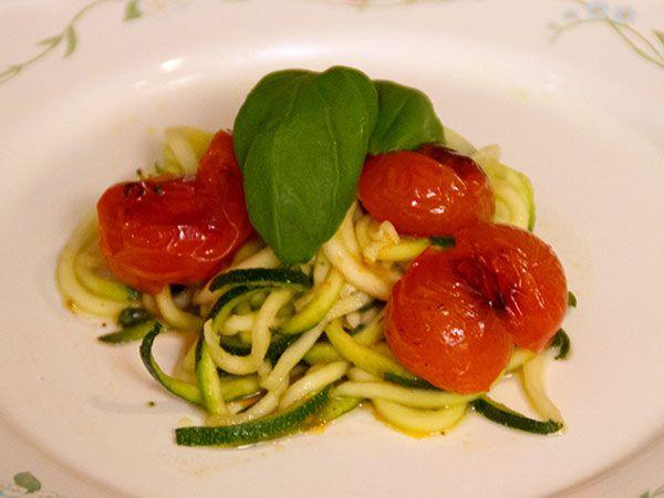 Zucchinisallad med limevinägrett och körsbärstomater | Recept.nu