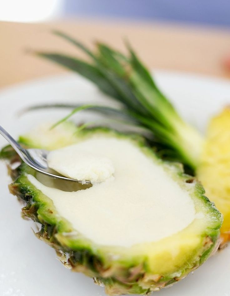 Recette Glace ananas Thermomix : Mixez ensemble l'ananas en morceaux, le lait de coco, le sucre et les graines de vanille 10 s vitesse 7.Versez dans un bac à...