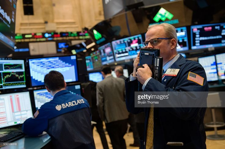 Traders work on the floor of the New York Stock Exchange in the afternoon of January 21, 2016 in New York, NY. With a bounce in oil prices, the Dow Jones Industrial Average rose 115.94 and finished the day at 15,882.68.