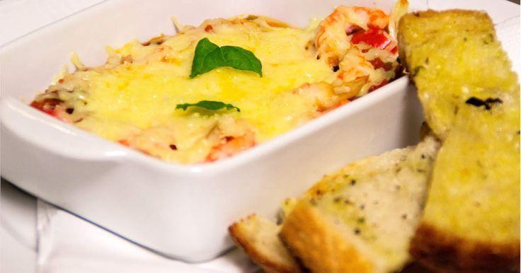 Här bjuds det på heta gratinerade räkor i tomatsås med mozarellaost serverat på ett smarrigt surdegsbröd!