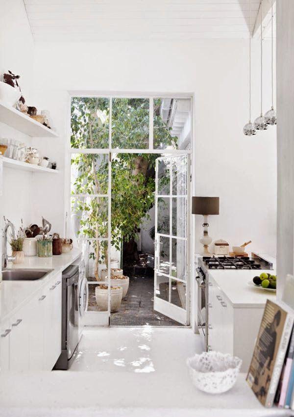 cozinha clean, branquinha, com mini floresta na porta