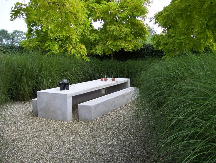 Minimalistisch design tussen weelderige siergrassen. Concrete, gravel and tufting grass. A classic combination. #gardenroom #landscape #landarch