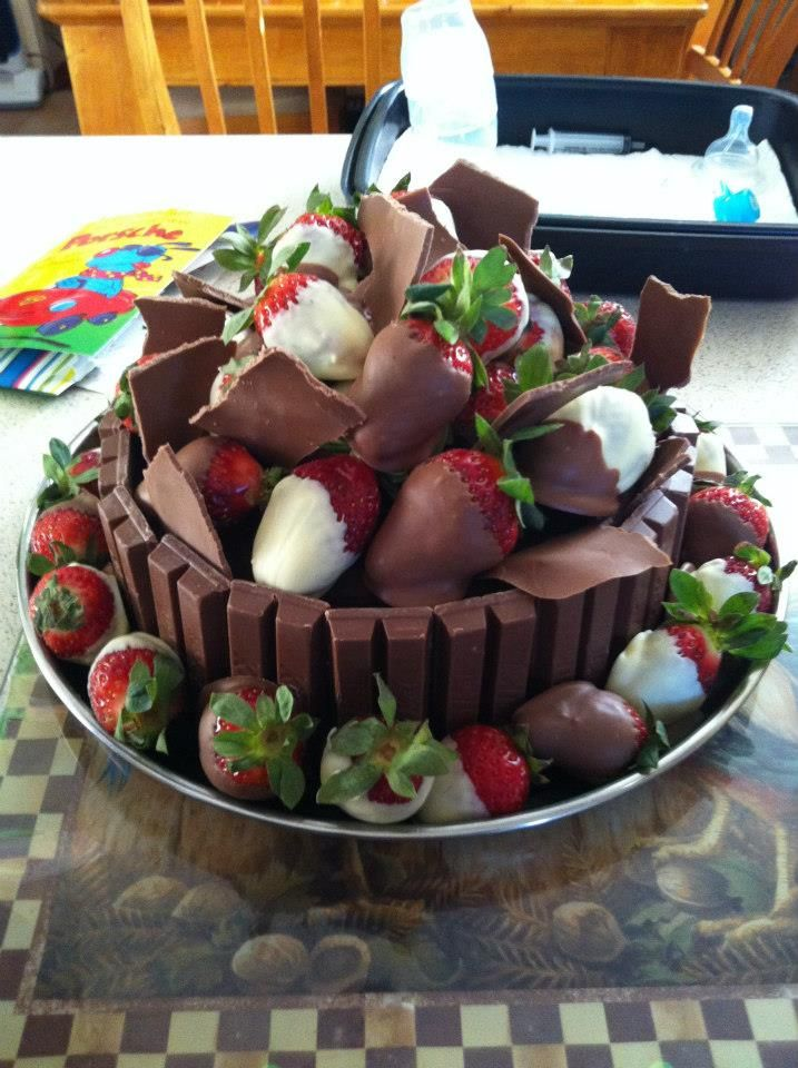 Ohmyyyyy!!!!! Chocolate & Strawberry Kit Kat cake. Note: Link is spam so don't click. I just repinned because I love the look of this kit kat cake