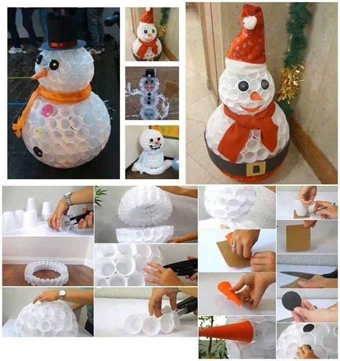 Sneeuwpop van plastic bekertjes