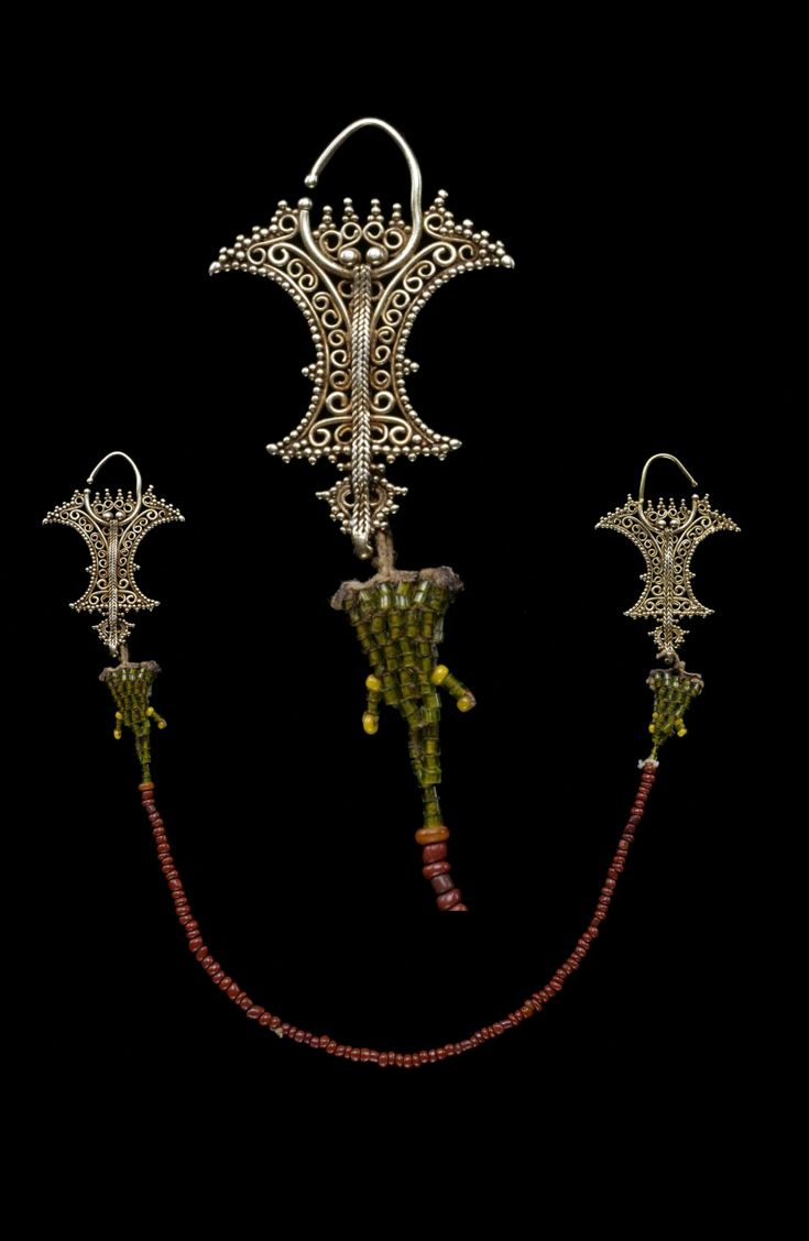 Indonesia ~ Moluccas | Pair of earrings with connecting chain ~ Kemene ni lean ~ gold and beads | Late 19th century ||| {GPA}