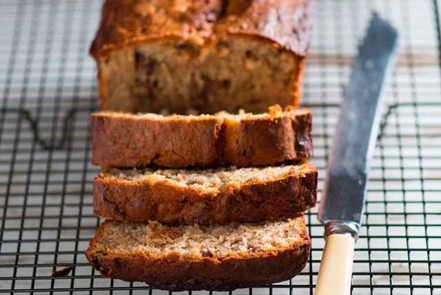 Vous devez absolument essayer cette recette prête en deux temps, trois mouvements: un délicieux pain aux bananes moelleux débordant de noix et de graines de lin moulues. D'ailleurs, celles-ci augmentent la teneur en acides gras oméga3.