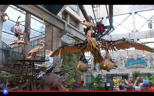 La fabbrica dei Leviatani e la città nel cielo di Nantes Un grande ramo in rigido acciaio, rivestito dalle piante provenienti dai quattro angoli del mondo, emerge dai cespugli sulle rive della Loira, mentre il fiume scorre come sempre presso la sua ombra,  #arte #tecnologia #parchi #lunapark