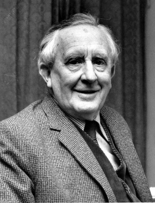 """Muore a Bournemouth il 2 settembre 1973 il """"padre"""" della narrativa fantasy moderna """"high fantasy"""", John Ronald Reuel Tolkien. Nel 1937 Tolkien pubblica la sua opera prima, """"Lo hobbit"""", racconto fantastico ambientato in un fiabesco e lontanissimo passato inglese, nel regno immaginario della Terra di mezzo, il mondo incantato dove si parla una lingua molto ricercata che imita il lindore dell'inglese medievale. Nella foto Tolkien (Ap)"""