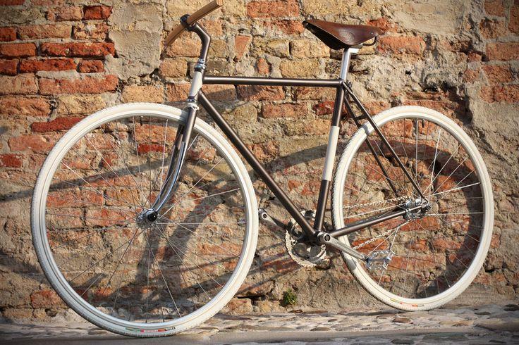 Rino è una bicicletta a contropedale su telaio da corsa Vetta. Questa bici si chiama come mio nonno, un tributo a chi mi insegnò ad andare senza rotelle.