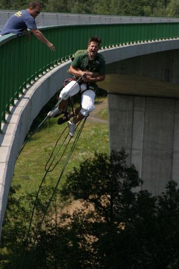http://www.rajzazitku.cz/3-adrenalin/37-skok-do-houpacky-z-mostu.htm